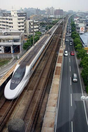 800px-Shinkansen_700-7000-E8-Hakata-Minami_Line-Osa-20040612-133844.jpg
